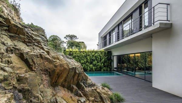 Muro verde em área externa com piscina (projeto: Jayme Bernardo Arquitetura e Design)