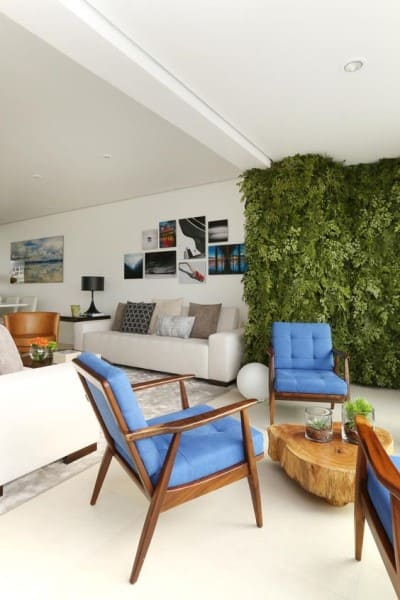 Muro verde em varanda integrada com a sala de estar (foto: Revista Viva Decora)