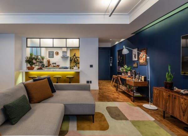 Sala de Estar com sofá estofado cinza e tapete com estampa (projeto: Batistelli Arquitetura e Design)