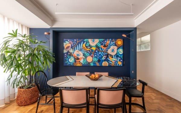 Sala de Jantar com mesa colorida e cadeiras diversificadas (projeto: Batistelli Arquitetura e Design)