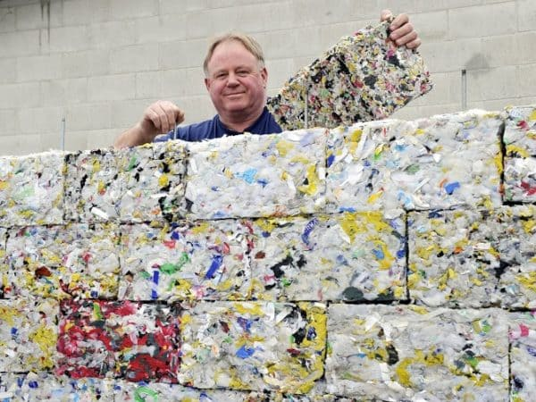 Tijolo ecológico feito com resíduos plásticos encontrados no oceano (foto: sustentarqui.com)