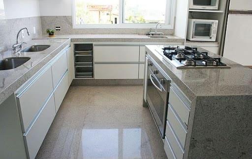 Cozinha de alvenaria com acabamento de granito (foto: Correta Aterrado)
