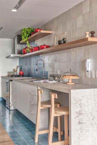 15. Balcão de cozinha de alvenaria com bancada e banqueta girafa (foto: Decoração de Casa)