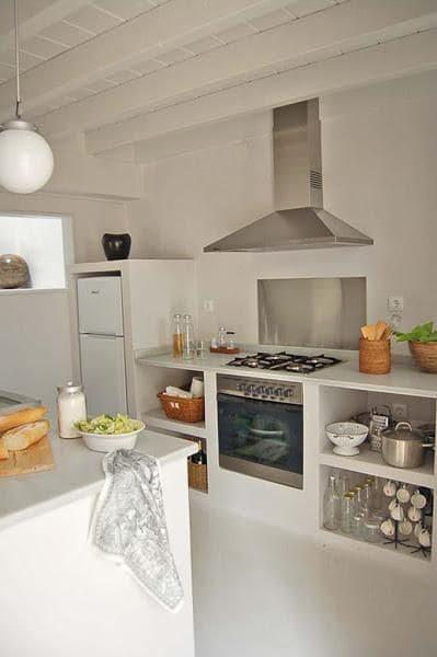 Cozinha de alvenaria com fogão embutido (foto: Pinterest)