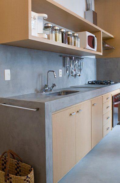 Armário de cozinha de alvenaria: portas de madeira (foto: Pinterest)