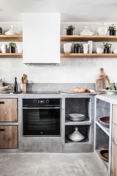 Cozinha de alvenaria de cimento queimado e prateleira de madeira (foto: Pinterest)