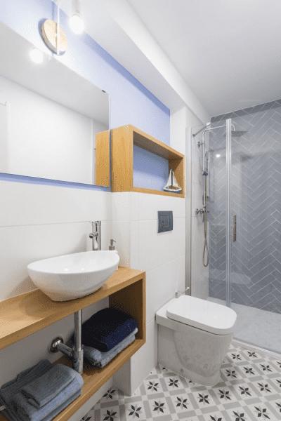 Apartamento com banheiro sem janela e nichos de madeira (foto: Pinterest)
