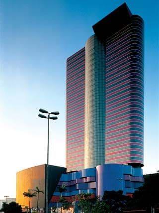 Instituto Tomie Ohtake: fachada iluminada com a luz do sol (foto: Arcoweb)