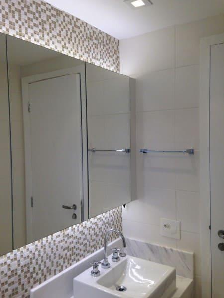 Apartamento com banheiro sem janela bancada de mármore e iluminação com fita de led (foto: Iago Patucci)