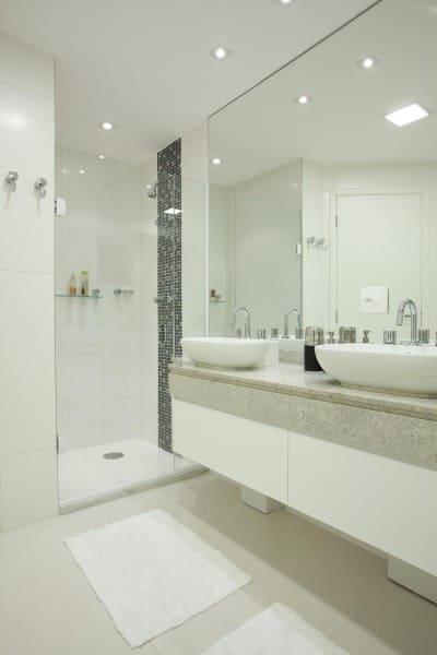 Apartamento com banheiro sem janela e box com ladrilho (foto: Martinhão Neves Arquitetos)