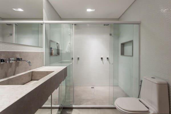 Banheiro sem janela com box de vidro e nicho (foto: SQ+ Arquitetos Associados)
