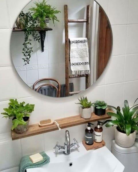 Banheiro sem janela: decoração com plantas ajuda a renovar o ar (foto: Dia de Brilho)