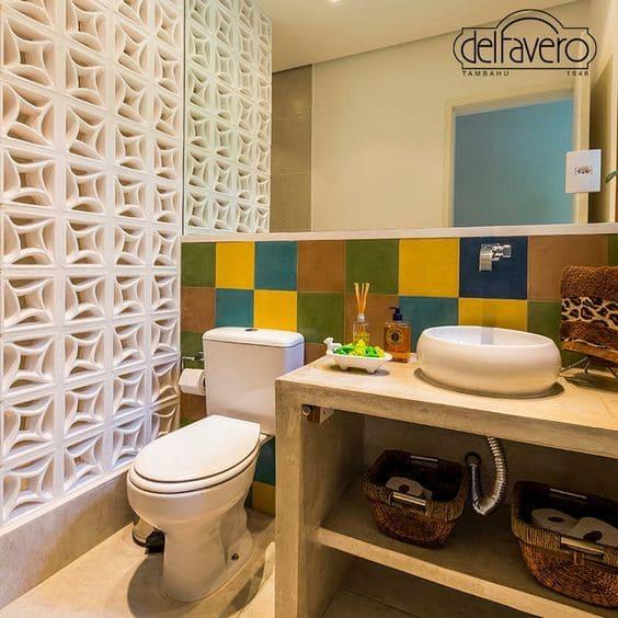 Banheiro sem janela: divisória de cobogó (foto: Cerâmica Del Favero)