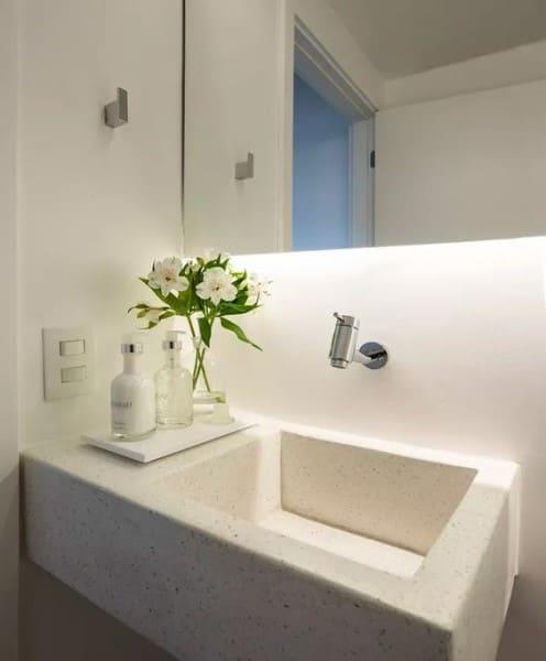 Banheiro sem janela: iluminação com fita de led atrás do espelho (foto: Casa e Jardim)