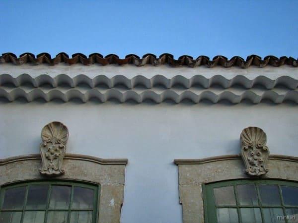 Eira beira tribeira: casa do período colonial com janelas verdes (foto: Minilua)