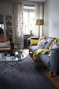 A combinação amarelo e cinza funciona muito bem em sofás, tapetes e almofadas