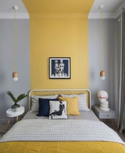 A cor Pantone 2021 foi distribuída se faz presente na parede e nos objetos de decoração