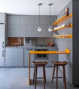 A presença sutil da cor Pantone 2021 amarela traz um toque de luz para a cozinha