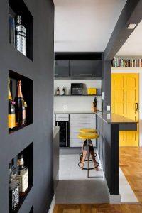Ambiente moderno com tons de amarelo e cinza da cartela Pantone