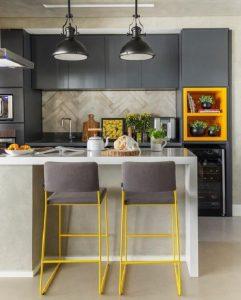 Bancadas, armários e banquetas ganham nova vida com amarelo e cinza
