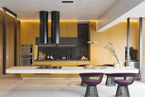 Cozinha planejada amarela, cinza e branca