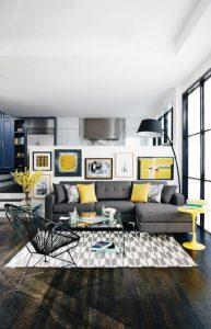 Invista em almofadas na cor Pantone 2021 amarela caso o sofá seja cinza