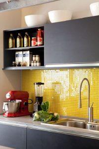 O revestimento amarelo ilumina a decoração da cozinha