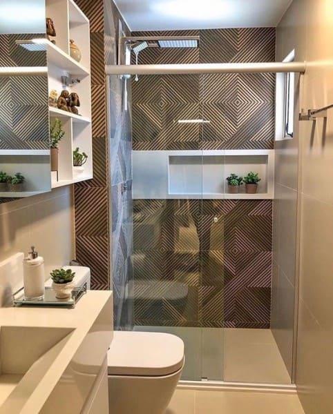 Nicho de porcelanato branco em parede com porcelanato que imita madeira (foto: Pinterest)