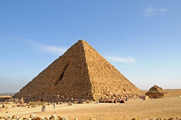 A Pirâmide de Miquerinos é a menor desse grupo de três Pirâmides de Egito