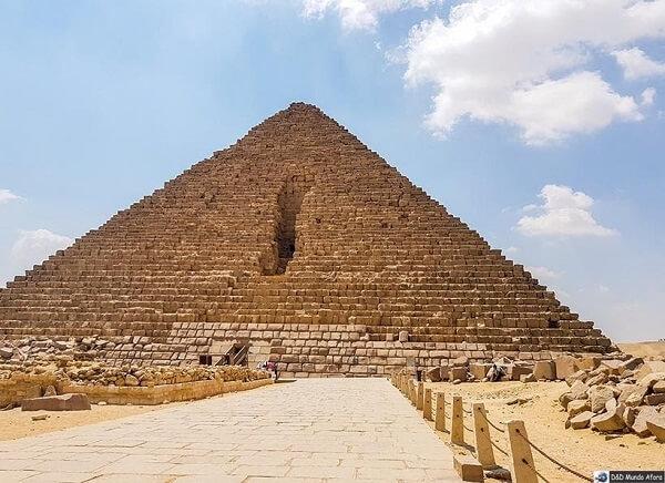 A Pirâmide de Miquerinos apresenta cerca de 65 metros de altura