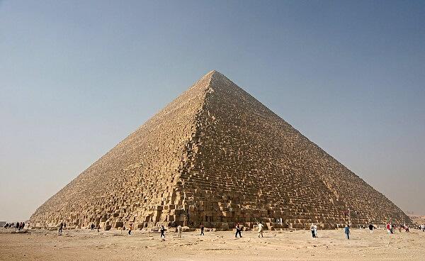 A Pirâmide de Quéops é também conhecida como Grande Pirâmide de Gizé