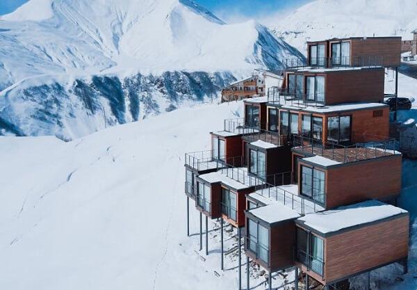 A arquitetura modular do Hotel Quadrum se destaca em meio a paisagem gélida da Geórgia