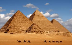A construção das Pirâmides do Egito começaram no Antigo Império