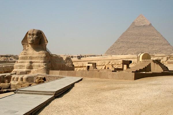 A pirâmide de Quéfren é considerada a segunda maior pirâmide na península de Gizé