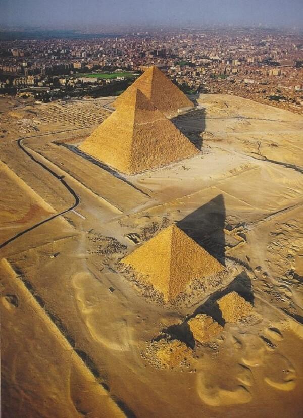 Dentro das Pirâmides do Egito os faraós eram enterrados com tudo o que necessitaria depois da morte como alimentos, tesouros e até móveis