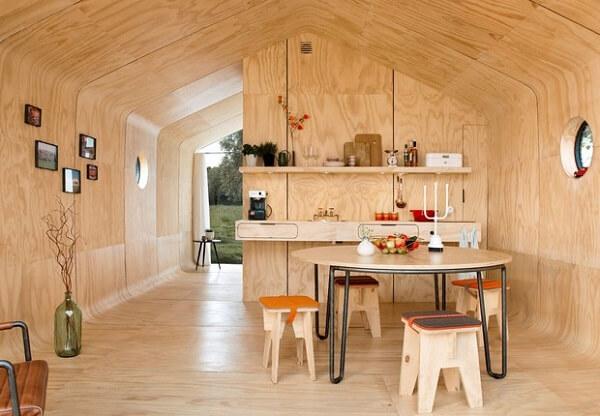 Essa arquitetura modular feita a partir de papelão dispensa o uso de fundações, uma vez que a obra é caracterizada como leve