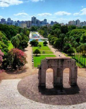 O Parque Farroupilha é um parque urbano localizado em Porto Alegre
