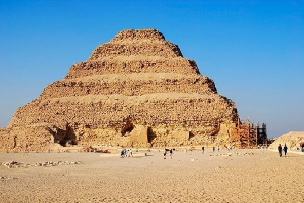 O rei Djoser foi quem arquitetou a primeira pirâmide do Egito