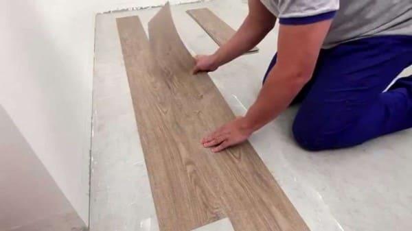 Como colocar piso vinílico: aplicação da peça sobre a cola (foto: Tarkett)