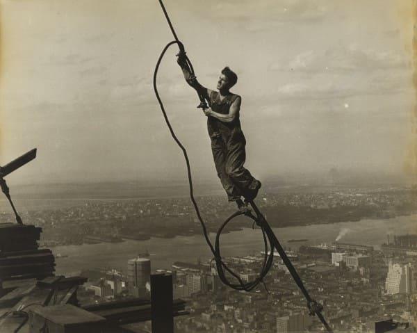 Empire State Building trabalhador na obra do edifício segurando uma corda (foto: Lewis W. Hine)