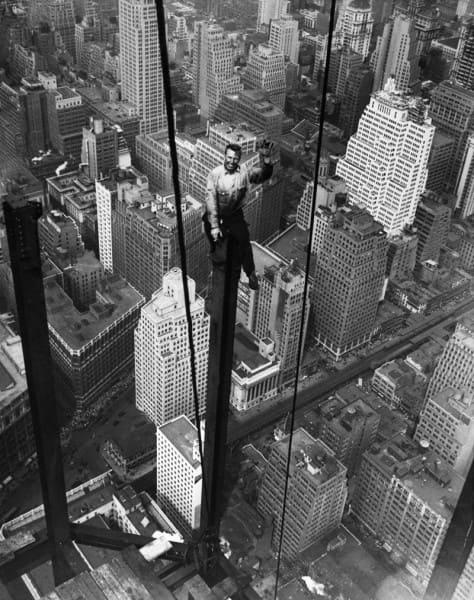 Empire State Building: trabalhador sorrindo sobre a viga (foto: Lewis W. Hine)
