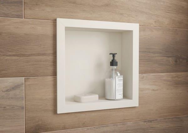 Nicho de porcelanato branco em parede com porcelanato que imita madeira (foto: Archtrends Portobello)