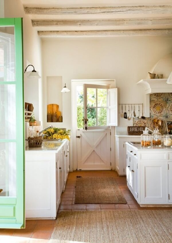 A porta holandesa favorece a entrada de ventilação na cozinha