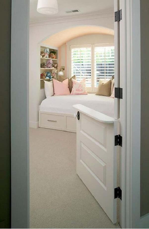 A porta holandesa foi usada no dormitório do imóvel