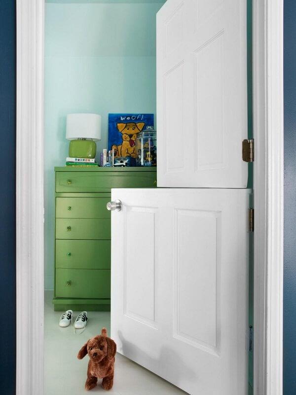 A porta holandesa no quarto infantil funciona como um cercadinho