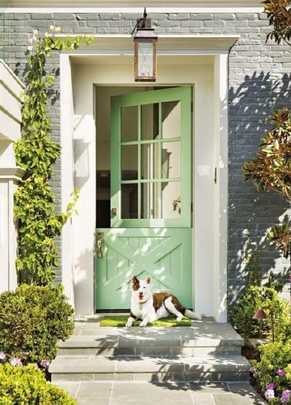 A porta holandesa também é conhecida como porta estável
