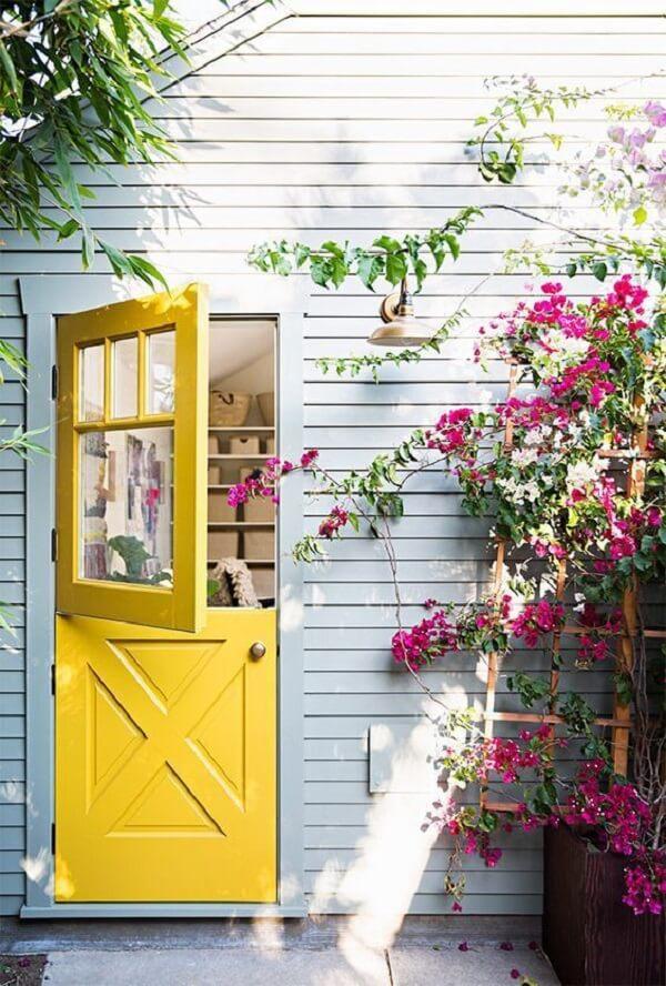 A porta holandesa traz charme, segurança e privacidade na medida certa
