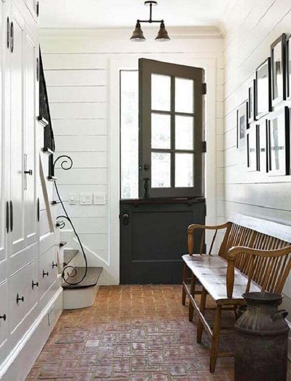 A porta tipo holandesa permite a entrada de luz natural no ambiente