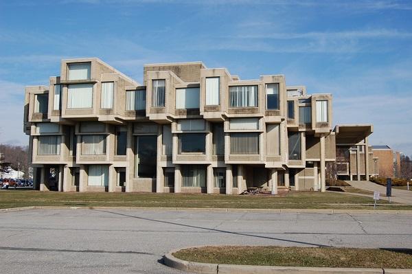 Prédio do Governo Central de Orange County estruturado em concreto aparente (EUA) é referência da arquitetura brutalista