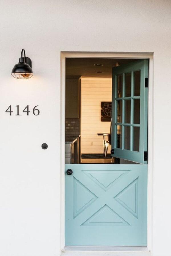 Fachada charmosa com porta tipo holandesa em tom azul